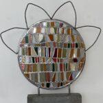 Glas in Lood ronde paneel in aardtinten met een gebogen ijzeren bloem rand boven