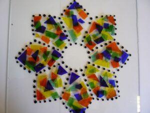 Glas applicatie in rood, blauw, groen, geel, achthoek met zwarte stipjes