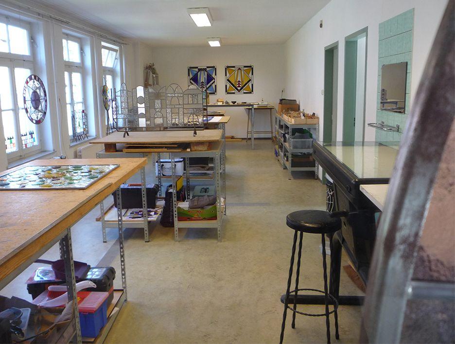 Glas in lood werkruimte, 4 werktafels en een lichtbak voor brandschilderen
