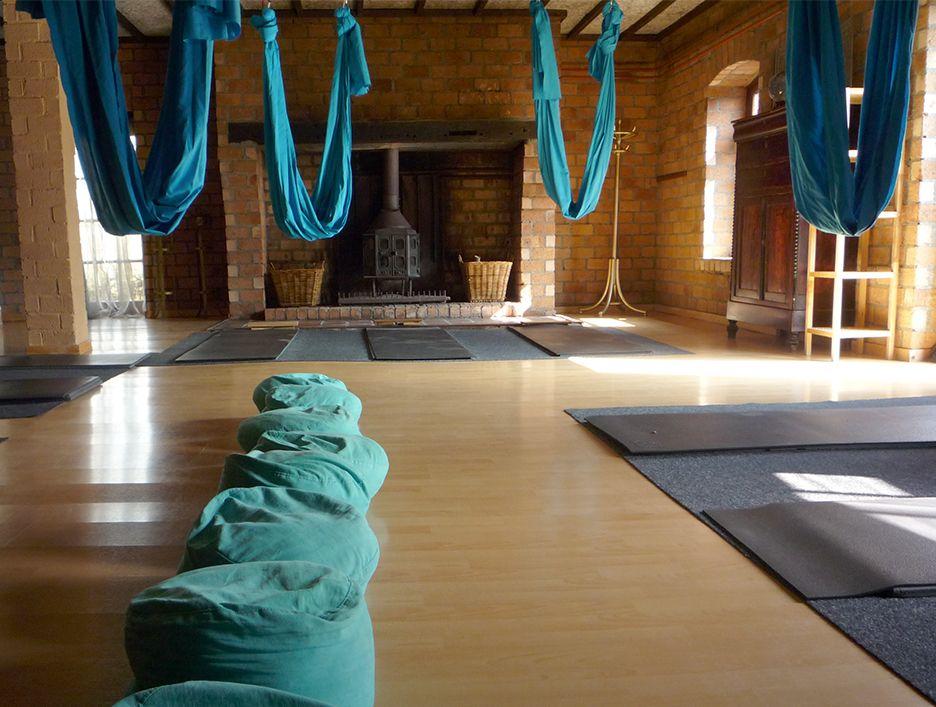 Ku-Bez yogastudio met aerial yoga doeken en zitkussens en yogamatten