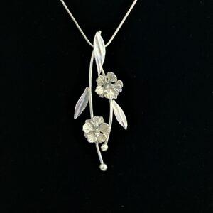 Hanger van CatsCreations-sieraden, twee zilveren stokrozen met drie bladeren