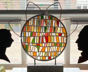 Aarde - Glas in Lood paneel voor raam met twee gebrandschilderde gezichten
